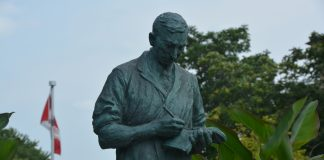 A statue of Sir Fredric Banting.