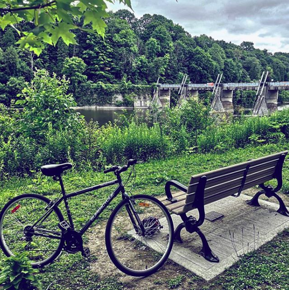 With over 30KM of trails to explore in Springbank Park, you'll need to take a break at some point. / Photo via Instagram / @chrisayenney