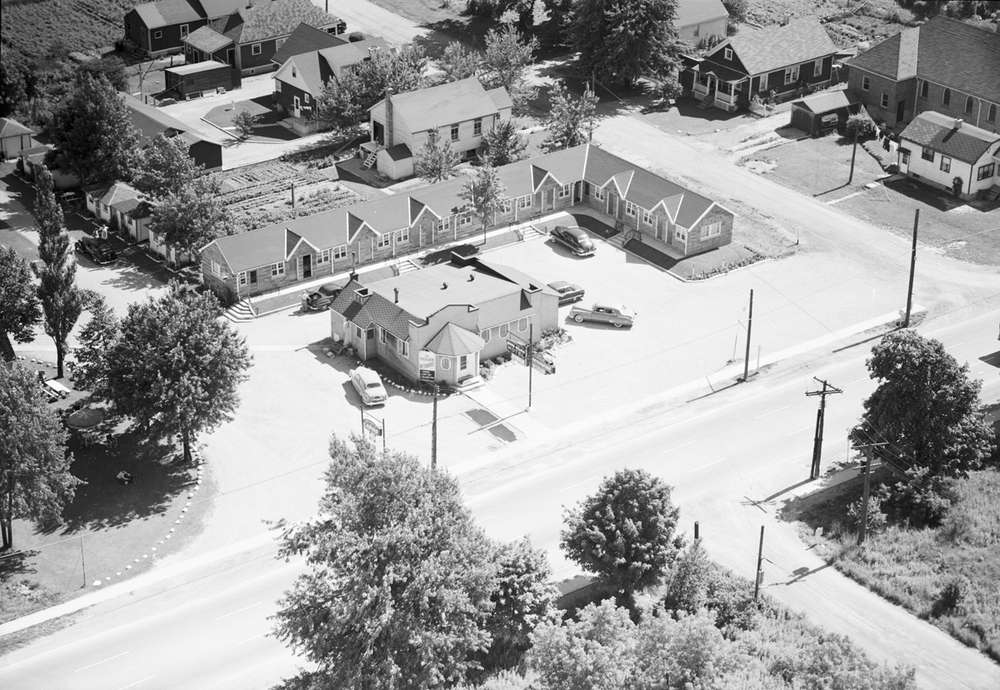 A black and white aerial photo of a motel in Argyle.